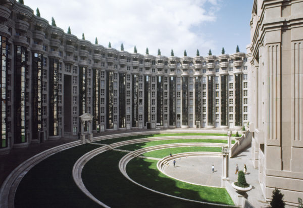 Treinta y tres años después de la construcción de su emblemático proyecto Les Espaces d'Abraxas, Ricardo Bofill re-visita Noisy-le-Grand